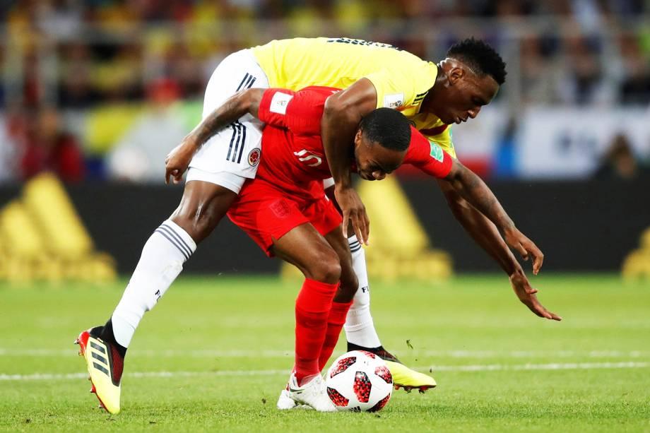 Raheem Sterling é marcado por Yerry Mina, durante partida entre Colômbia e Inglaterra, válida pelas oitavas de final da Copa do Mundo - 03/07/2018