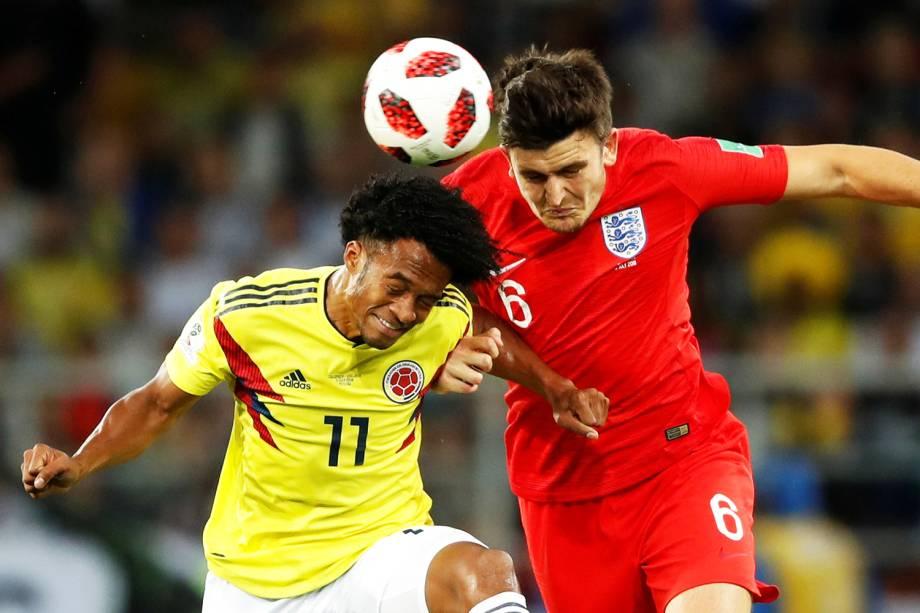 Juan Cuadrado disputa bola com Harry Maguire, durante partida entre Colômbia e Inglaterra, válida pelas oitavas de final da Copa do Mundo - 03/07/2018