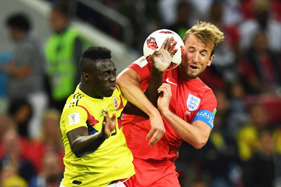 Davinson Sanchez (esq) disputa bola com Harry Kane (dir), durante partida entre Colômbia e Inglaterra - 03/07/2018