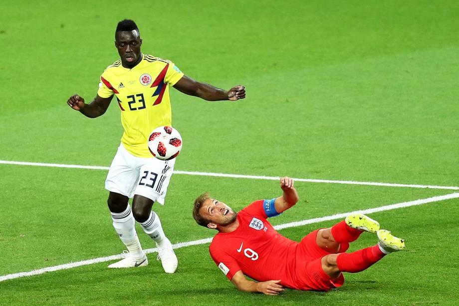 Harry Kane é derrubado por Davinson Sanchez, durante partida entre Colômbia e Inglaterra - 03/07/2018