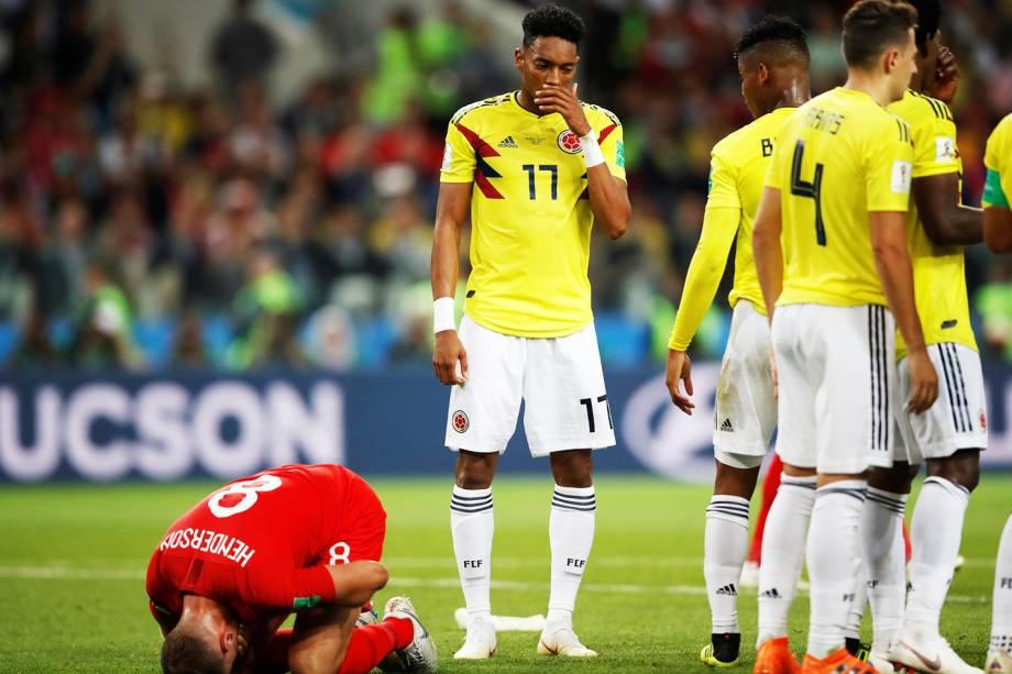 Jordan Henderson é derubado por Wilmar Barrios na área do pênalti, durante partida entre Colômbia e Inglaterra, válida pelas oitavas de final da Copa do Mundo - 03/07/2018