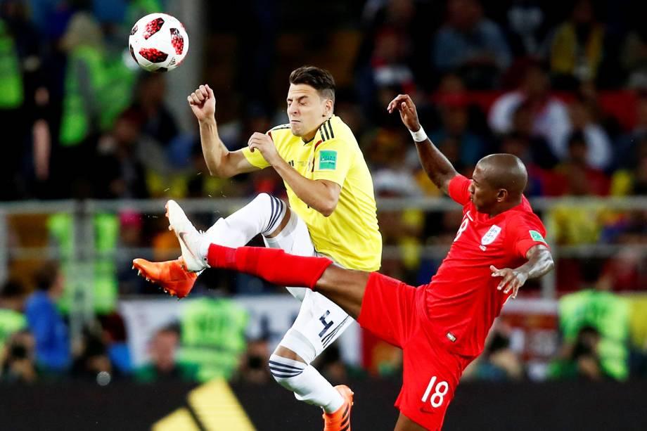 Santiago Arias disputa bola com Ashley Young, durante partida entre Colômbia e Inglaterra - 03/07/2018