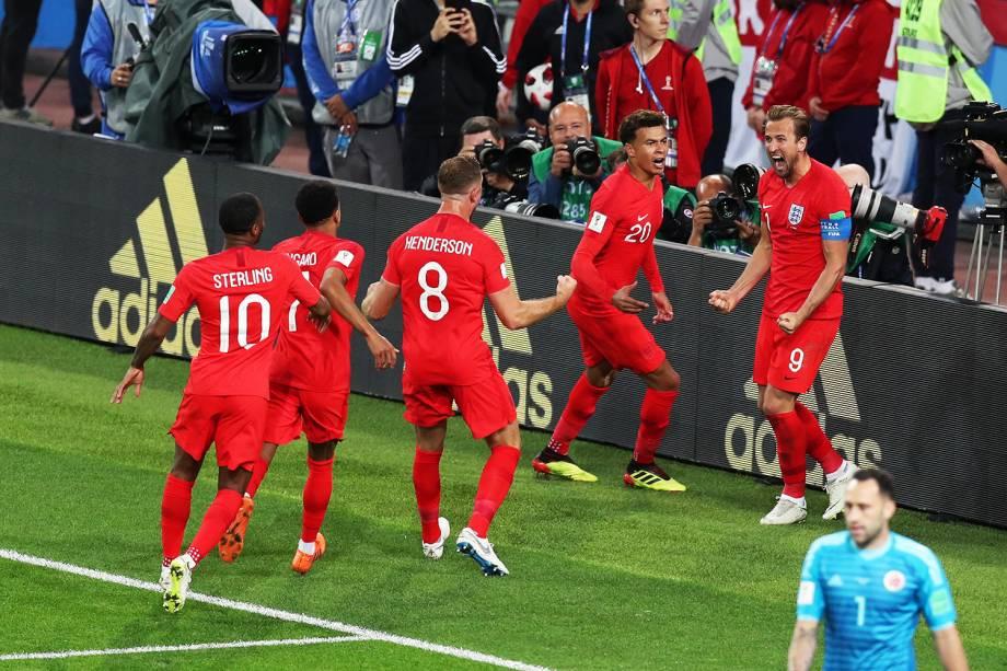 Harry Kane comemora após marcar gol de pênalti para a Inglaterra, em partida contra a Colômbia - 03/07/2018
