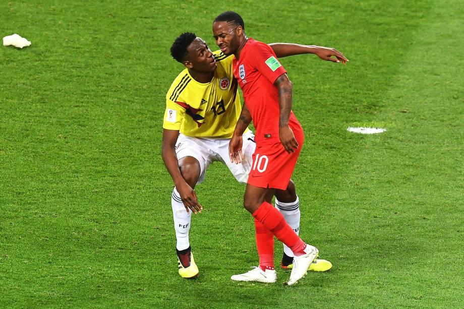 Yerry Mina encara Raheen Sterling, durante partida entre Colômbia e Inglaterra, válida pelas oitavas de final da Copa do Mundo - 03/07/2018