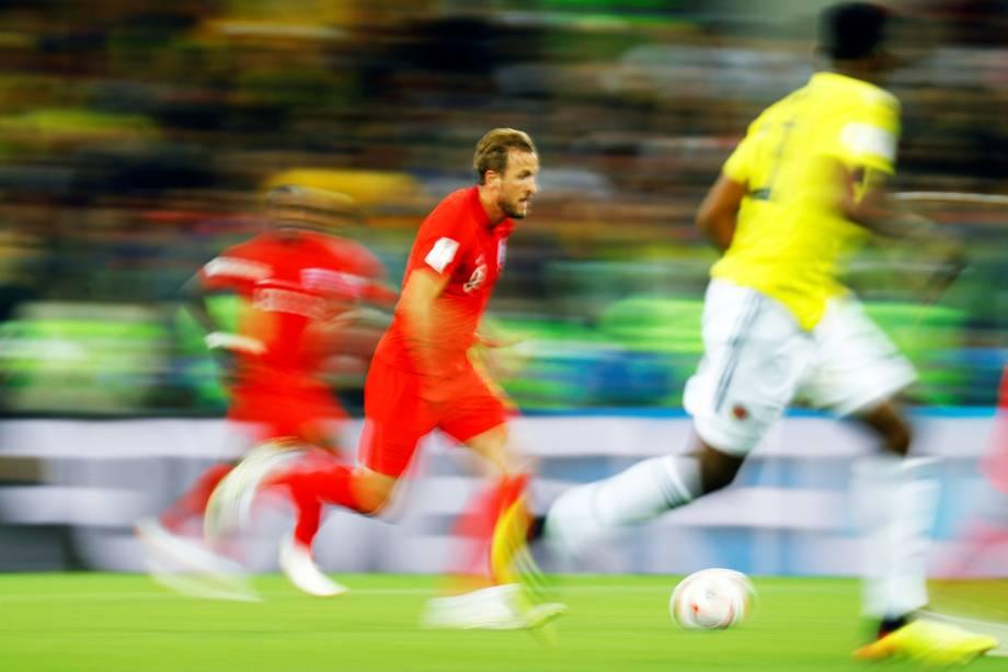 O jogador Harry Kane (centro),  da Inglaterra, conduz a bola durante partida contra a Colômbia, válida pelas oitavas de final da Copa do Mundo - 03/07/2018