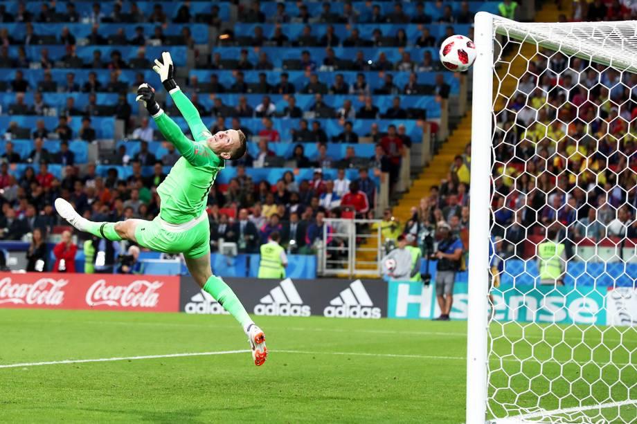 Jordan Pickford, goleiro da Inglaterra, realiza defesa durante partida contra a Colômbia - 03/07/2018