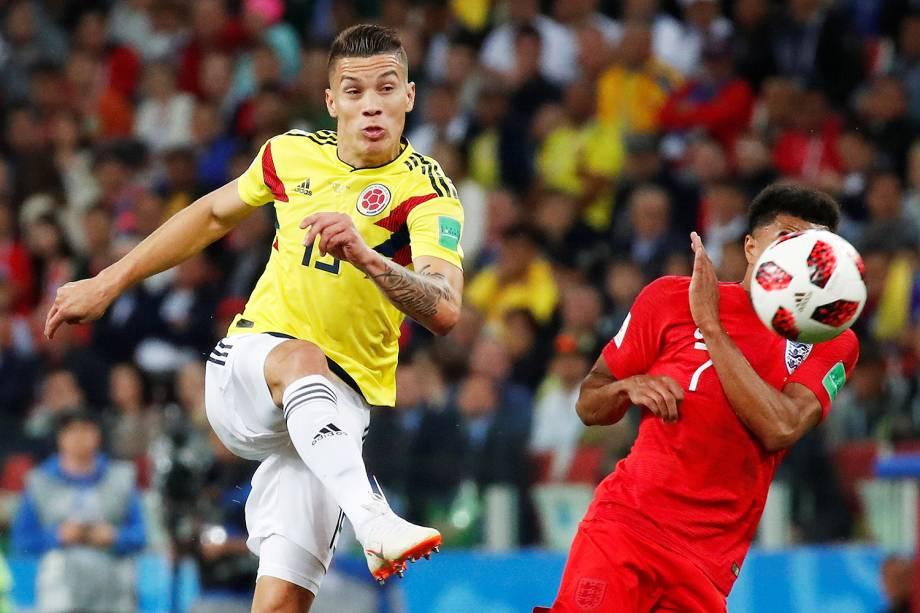Mateus Uribe realiza chute durante o primeiro tempo da prorrogação entre Colômbia e Inglaterra, em partida válida pelas oitavas de final da Copa do Mundo - 03/07/2018