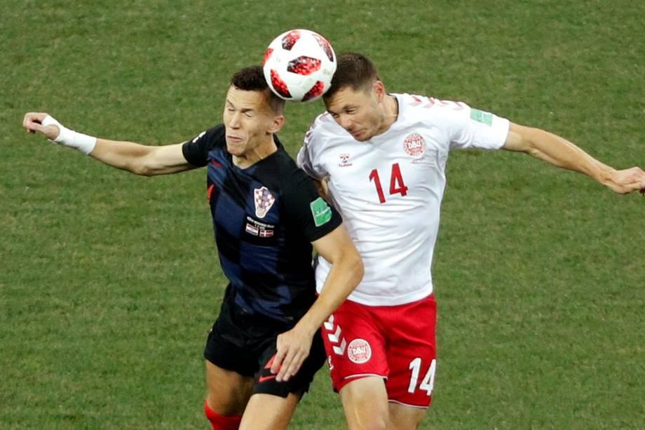 Ivan Perisic (esq) disputa bola com Henrik Dalsgaard (dir), durante partida entre Croácia e Dinamarca, válida pelas oitavas de final da Copa do Mundo - 01/07/2018