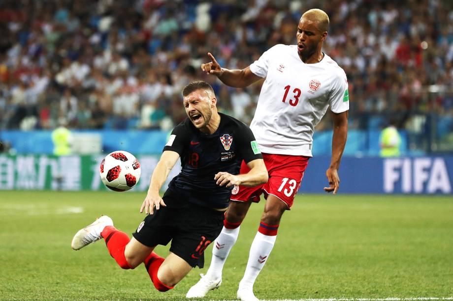 Ante Rebic (esq), é derrubado por  Mathias Jorgensen (dir), durante partida entre Croácia e Dinamarca,  válida pelas oitavas de final da Copa do Mundo - 01/07/2018
