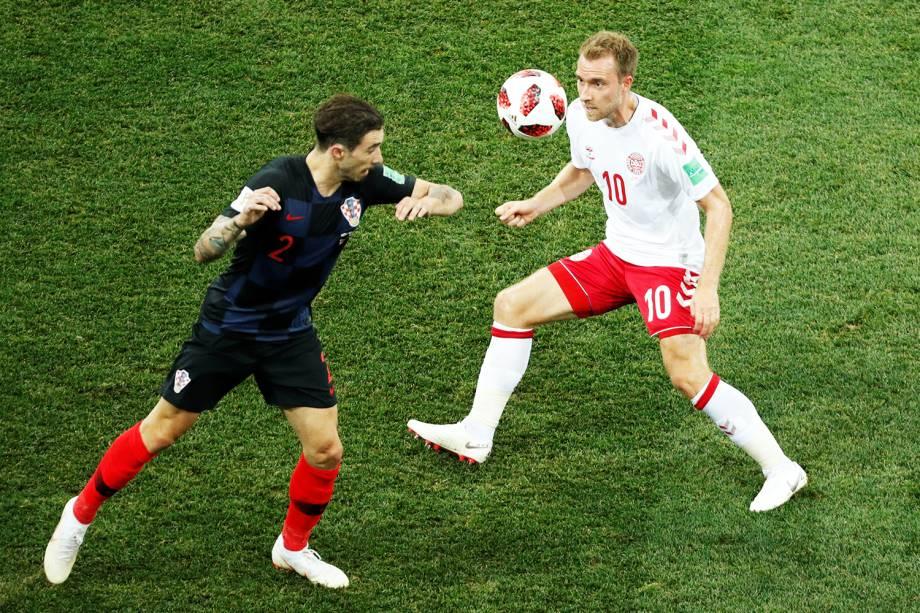 Christian Eriksen (dir) disputa bola com Sime Vrsaljko (esq), durante partida entre Croácia e Dinamarca, válida pelas oitavas de final da Copa do Mundo - 01/07/2018