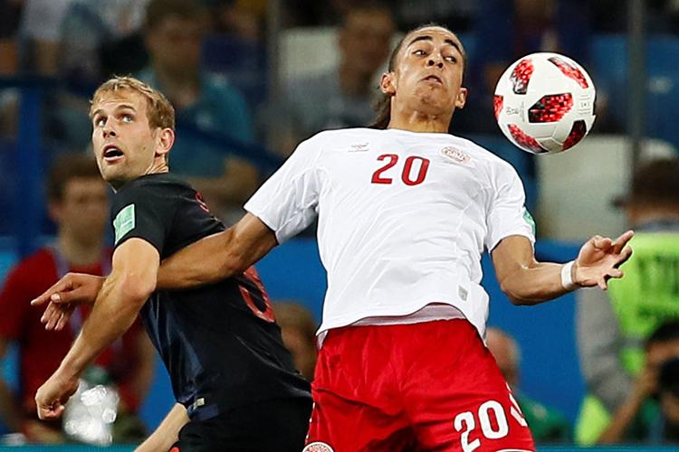 Yussuf Poulsen (dir), disputa bola com Ivan Strinic, durante partida entre Croácia e Dinamarca, válida pelas oitavas de final da Copa do Mundo - 01/07/2018