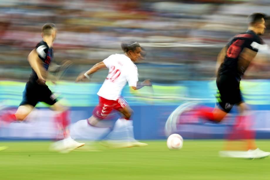 Yussuf Poulsen, da Dinamarca, é cercado por croatas durante partida válida pelas oitavas de final da Copa do Mundo - 01/07/2018