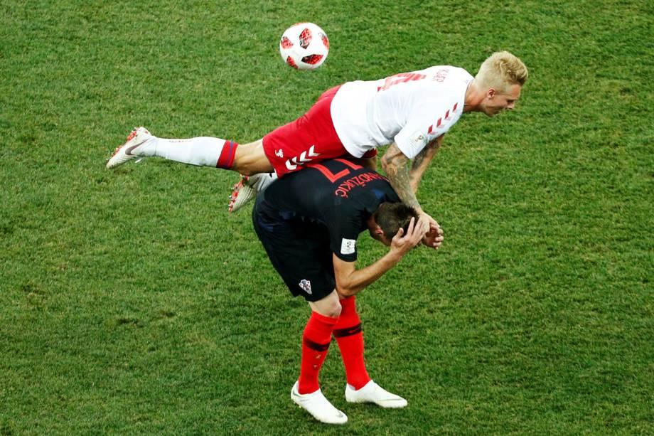 O dinamarquês Simon Kjaer disputa bola com o croata Mario Mandzukic, em partida válida pelas oitavas de final da Copa do Mundo - 01/07/2018