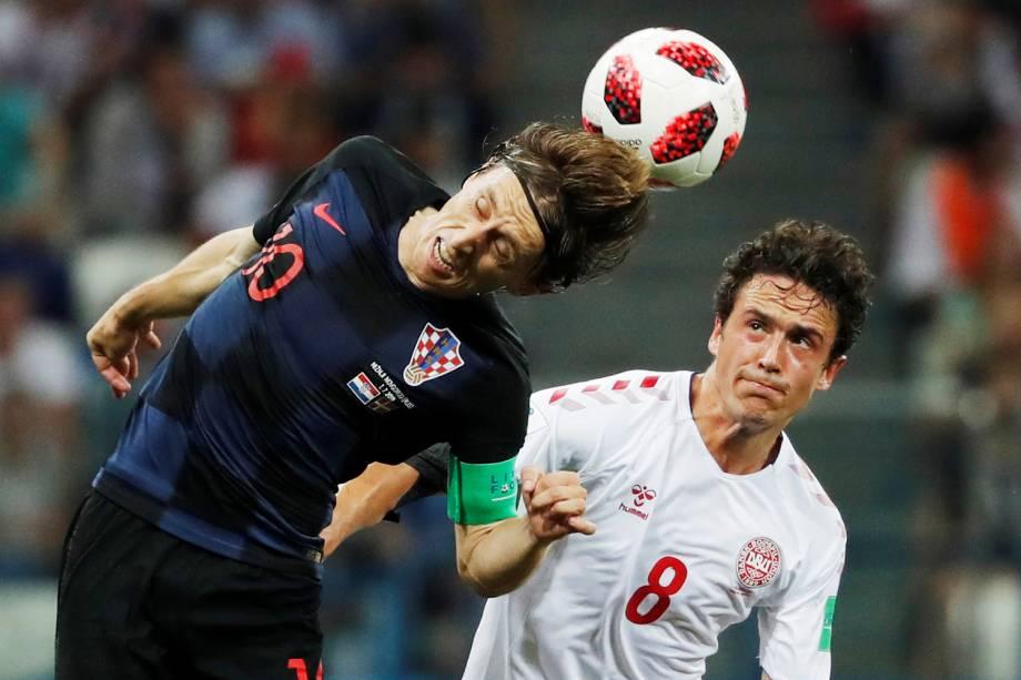 Luka Modric disputa bola com Thomas Delaney, durante partida entre Croácia e Dinamarca, válida pelas oitavas de final da Copa do Mundo - 01/07/2018
