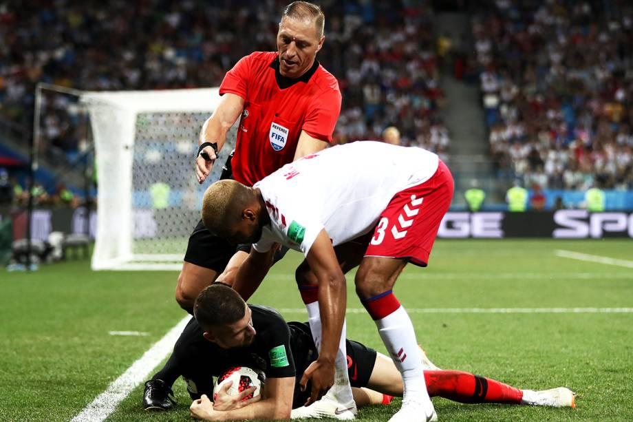 O árbitro Néstor Pitana conversa com os jogadores Mathias Jorgensen, da Dinamarca, e Ante Rebic, da Croácia - 01/07/2018