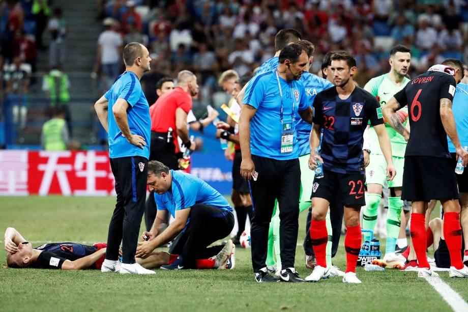 Jogadores croatas recebem tratamento antes do início da prorrogação - 01/07/2018