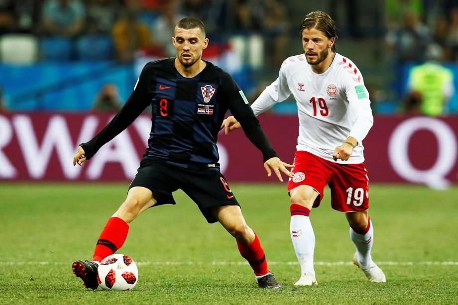 Mateo Kovacic disputa bola com Lasse Schone, durante partida entre Croácia e Dinamarca, válida pelas oitavas de final da Copa do Mundo - 01/07/2018