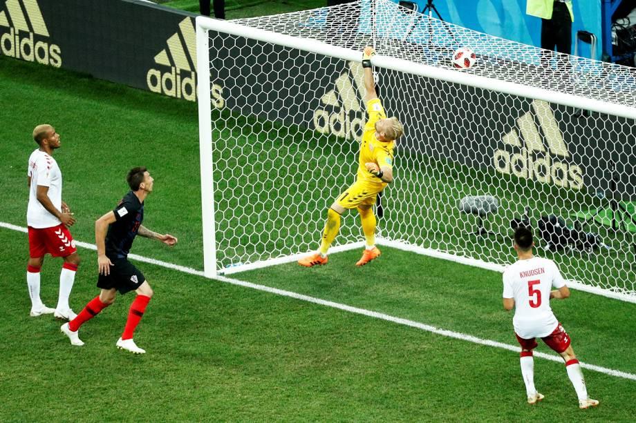O goleiro dinamarquês Kasper Schmeichel realiza defesa durante partida contra a Croácia - 01/07/2018