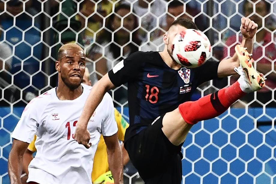 Ante Rebic (dir) disputa bola com Mathias Jorgensen (esq), durante partida entre Croácia e Dinamarca, válida pelas oitavas de final da Copa do Mundo - 01/07/2018