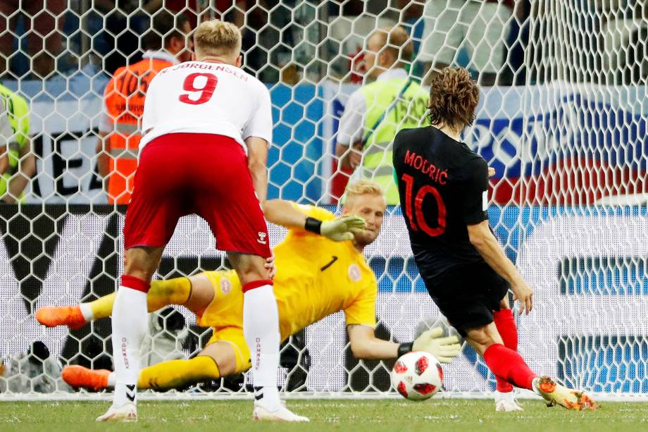 Goleiro dinamarquês Kasper Schmeichel pega pênalti batido por Luka Modric - 01/07/2018