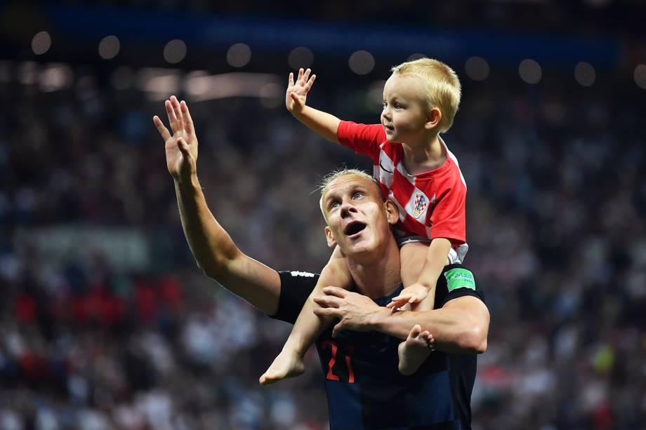 Domagoj Vida, jogador croata, comemora com seu filho a classificação para a final inédita do Mundial, após derrotar a Inglaterra por 2 a 1 na prorrogação - 11/07/2018
