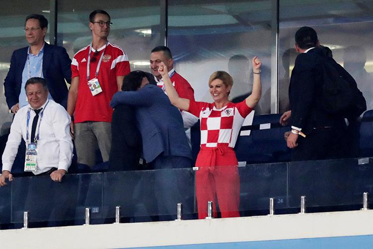 A presidente croata  Kolinda Grabar-Kitarovic comemora após a seleção vencer a Rússia nas penalidades máximas, durante partida válida pelas quartas de final da Copa do Mundo - 07/07/2018