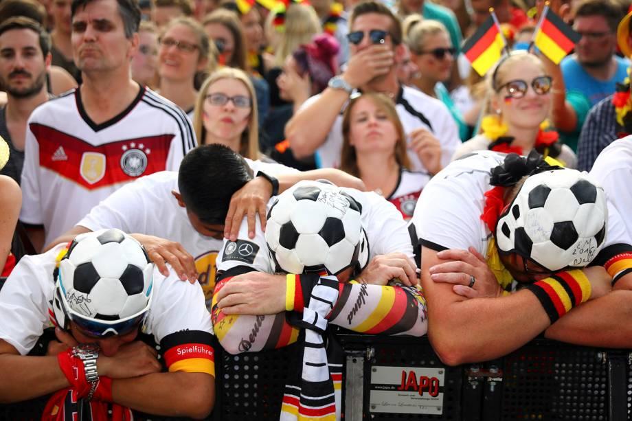 Alemães reagem enquanto assistem ao jogo contra a Coréia do Sul em um telão nos Portões de Brandemburgo - 27/06/2018