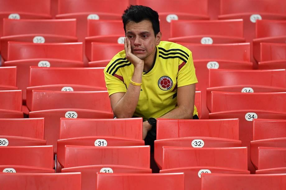 Um torcedor colombiano chora após a eliminação de sua seleção nas oitavas de final para a Inglaterra, durante a partida decidida nos pênaltis, no estádio Spartak - 03/07/2018