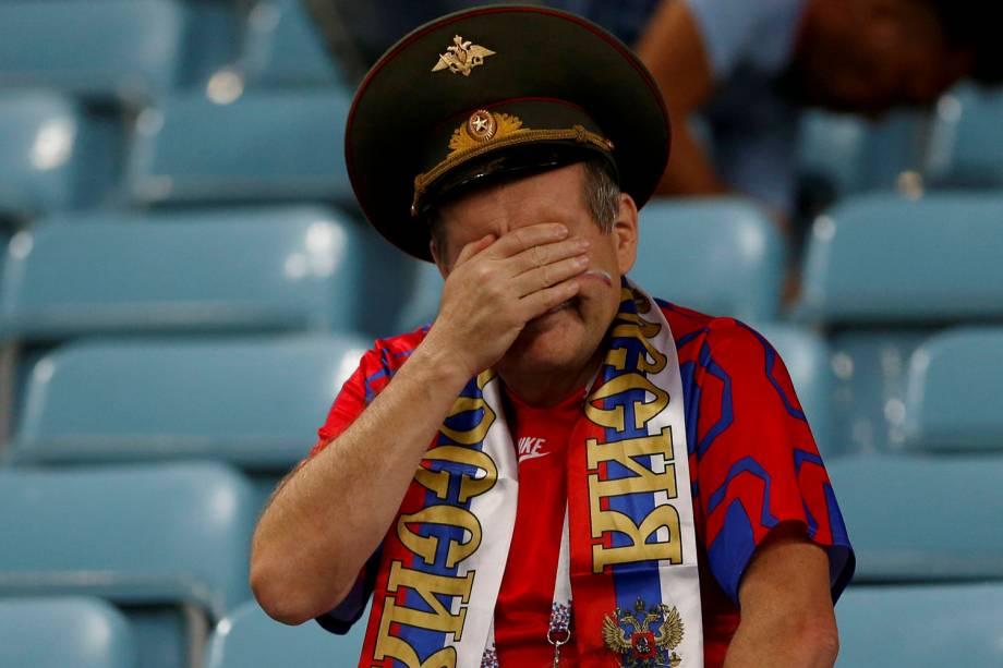 Torcedor russo lamenta após a eliminação nas quartas de final para a Croácia, no estádio Fisht - 07/07/2018