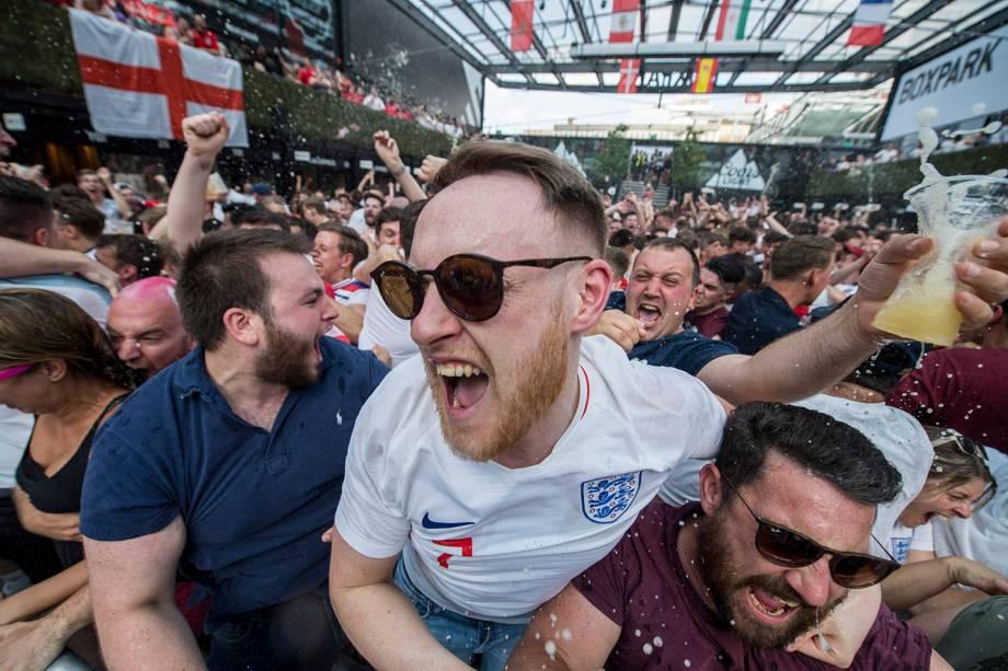Torcedores ingleses comemoram um gol enquanto assistem à partida contra a Suécia, em Londres - 07/07/2018