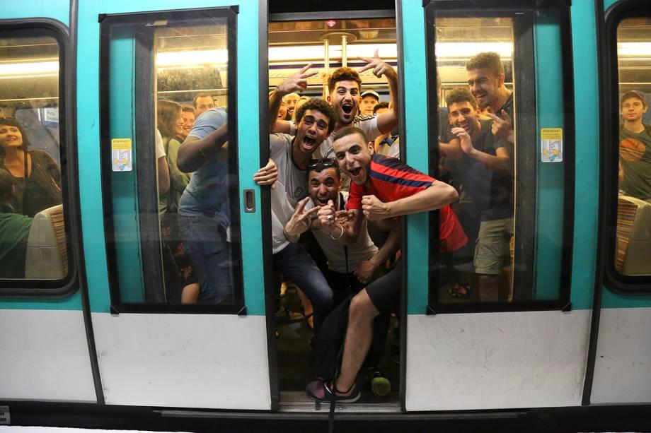 Torcedores da França comemoram a vitória sobre a Bélgica na semi final em uma estação de metro em Paris - 10/07/2018