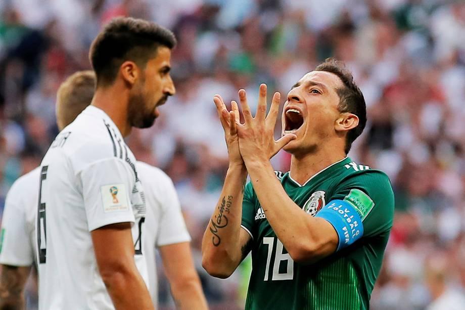 Andres Guardado, jogador do México, observa Sami Khedira, jogador da Alemanha, durante partida realizada no Estádio Lujniki, válida pela fase de grupos da Copa do Mundo. Seleção mexicana venceu a partida por 1 a 0 - 17/06/2018