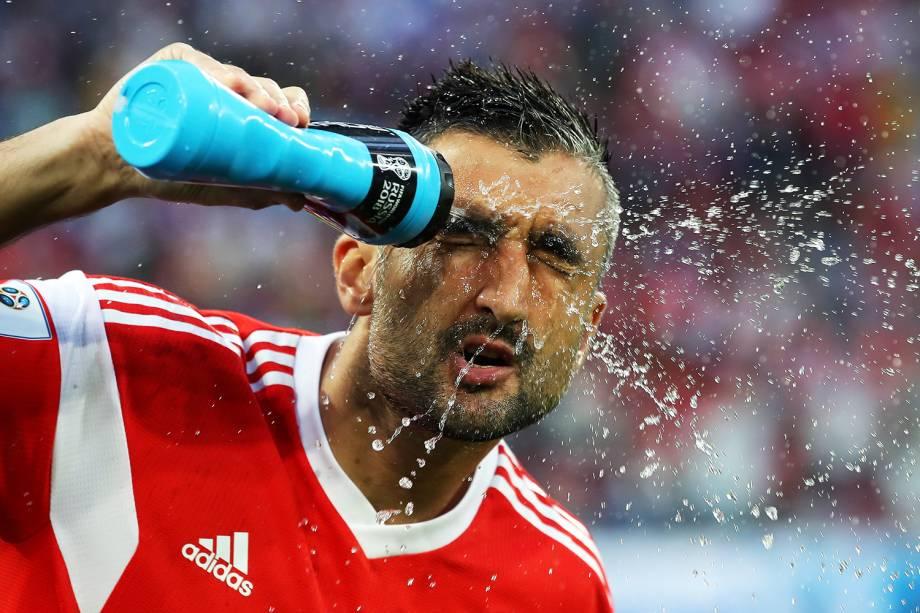 Alexandr Samedov, da Rússia, se refresca antes de partida contra o Egito, válida pela fase de grupos da Copa do Mundo, realizada em São Petersburgo. Os anfitriões venceram os egípcios por 3 a 1 - 19/06/2018