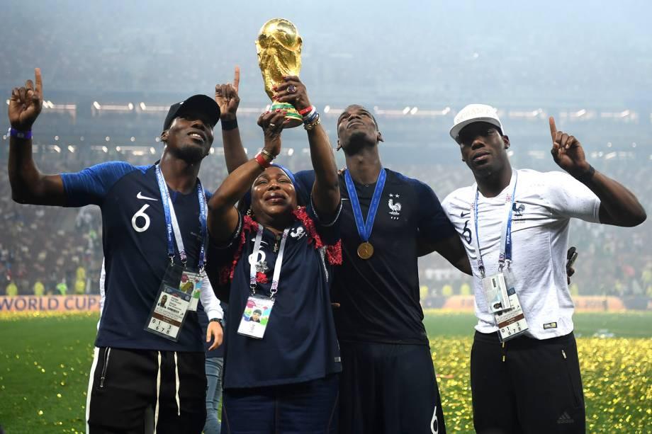 Yeo, a mãe do francês Paul Pogba, ergue a taça dos campeões do mundo enquanto comemora o título com seus filhos Mathias e Florentin - 15/07/2018