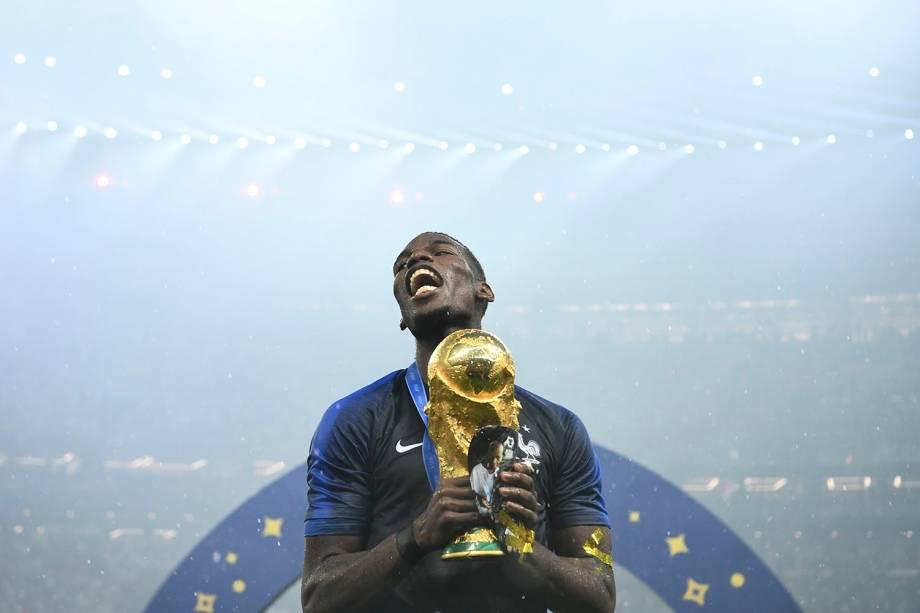 O francês Pogba comemora o título mundial, enquanto segura a taça da FIFA, após vencer a Croácia no estádio Luzhniki - 15/07/2018