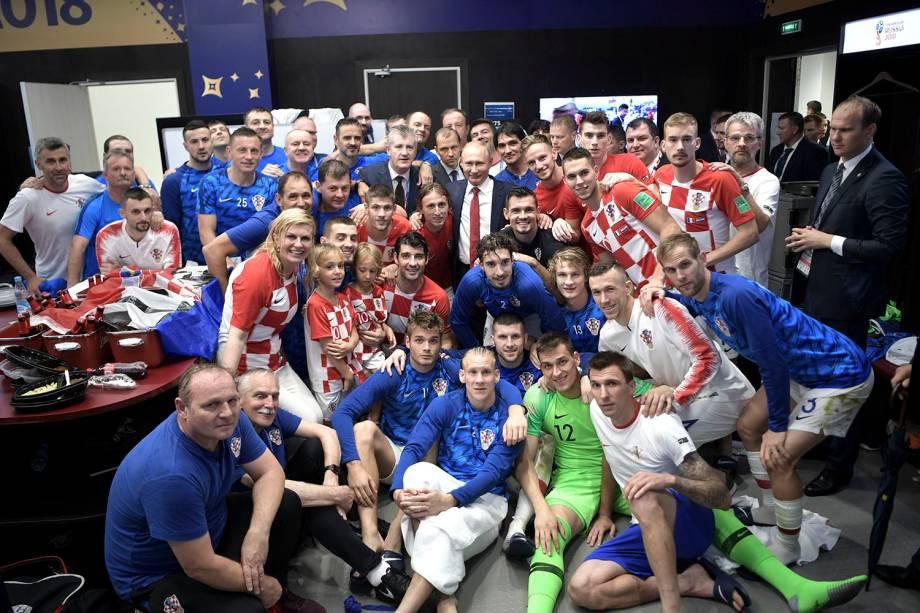 O presidente russo, Vladimir Putin, e a presidente croata, Kolinda Grabar-Kitarovic, posam para foto no vestiário com a seleção da Croácia, após a partida da final contra a França - 15/07/2018