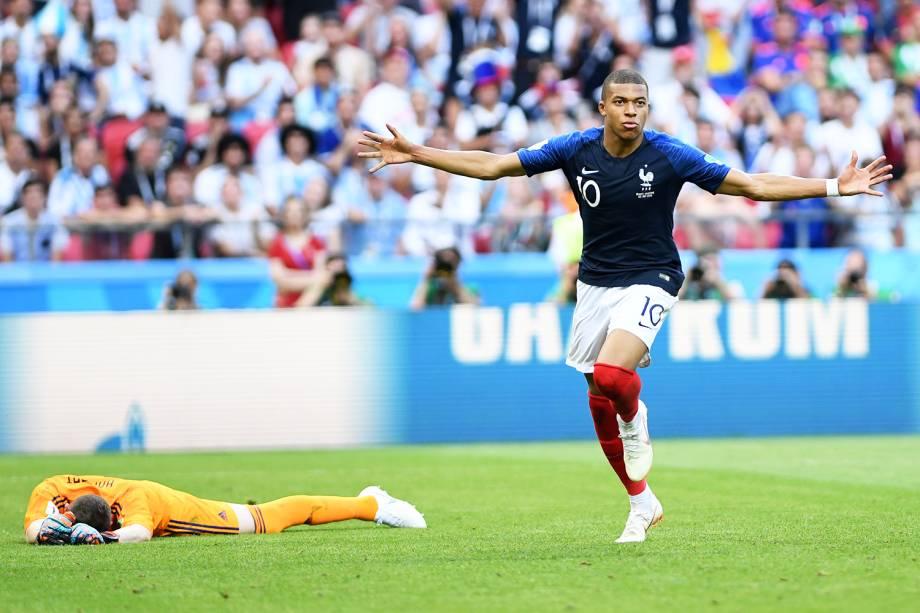 Kylian Mbappe comemora após marcar o quarto gol para a equipe francesa, na vitória por 4 a 3 sobre a Argentina, em partida válida pelas oitavas de final da Copa do Mundo - 30/06/2018