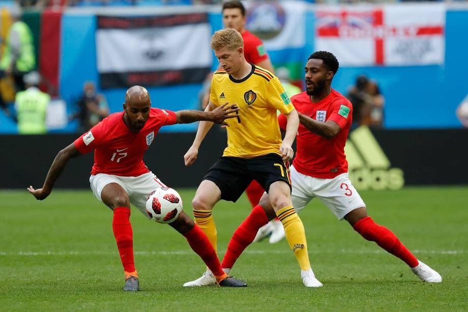 Os ingleses Fabian Delph e Danny Rose marcam Kevin De Bruyne, da Bélgica durante a disputa de terceiro lugar na Copa do Mundo Rússia - 14/07/2018
