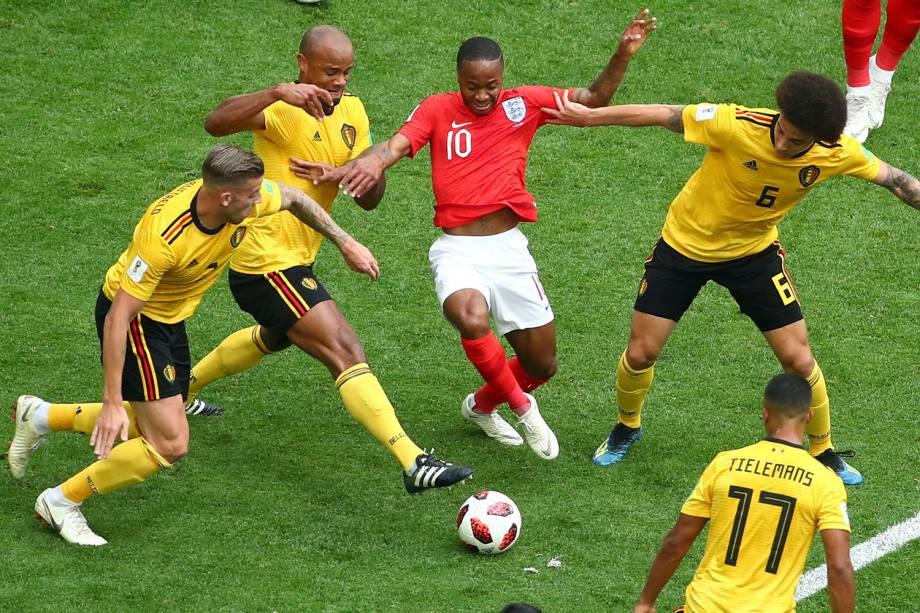 Raheem Sterling, da Inglaterra, é visto em meio a uma marcação de quatro jogadores belgas, durante o confronto no estádio São Petesburgo - 14/07/2018