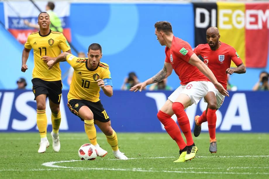 O atacante belga, Eden Hazard, avança sobre a marcação inglesa durante o confronto válido pelo terceiro lugar na Copa do Mundo Rússia - 14/07/2018