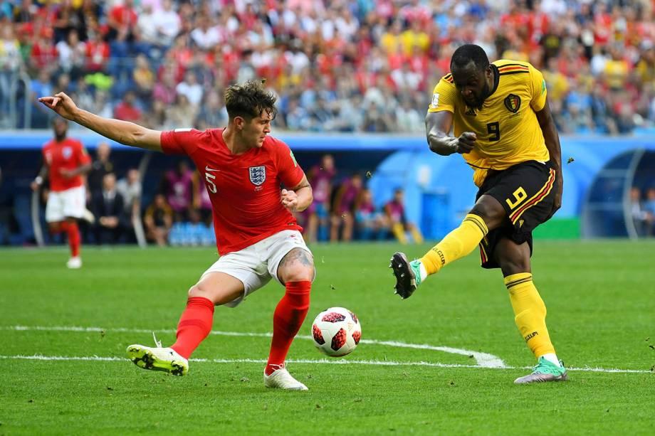 Romelu Lukaku, da Bélgica, arrisca um chute ao gol durante o confronto com a Inglaterra, no estádio São Petesburgo - 14/07/2018