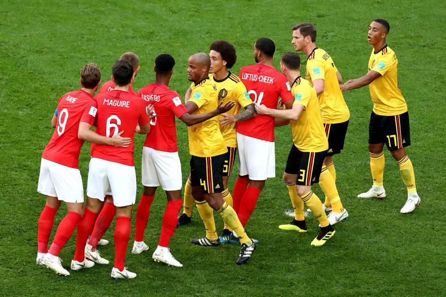 Jogadores da Inglaterra fazem fila durante uma jogada ensaiada na cobrança de uma falta contra a Bélgica - 14/07/2018