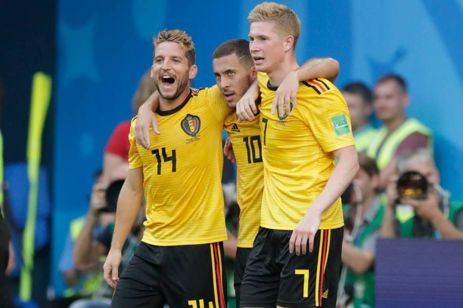 Eden Hazard, da Bélgica, comemora o segundo marcado contra a Inglaterra abraçado com os companheiros de time Dries Mertens (dir.) e Kevin De Bruyne (esq.) - 14/07/2018