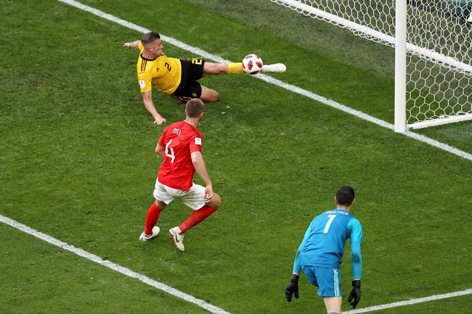 Toby Alderweireld, da Bélgica, evita um gol de Eric Dier, da Inglaterra, tirando a bola em cima da linha do gol - 14/07/2018