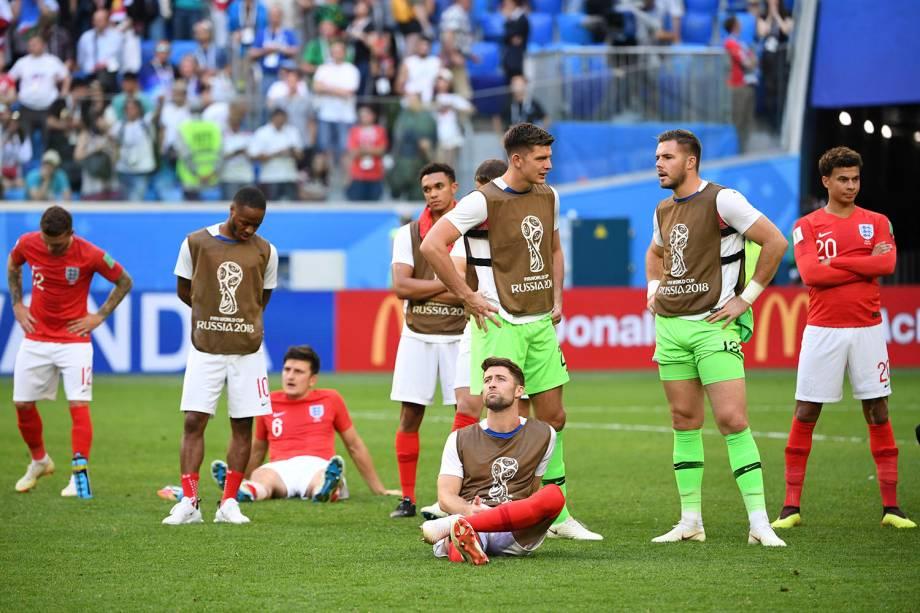 Jogadores da Inglaterra lamentam a derrota para a Bélgica após o fim da partida no estádio São Petesburgo - 14/07/2018