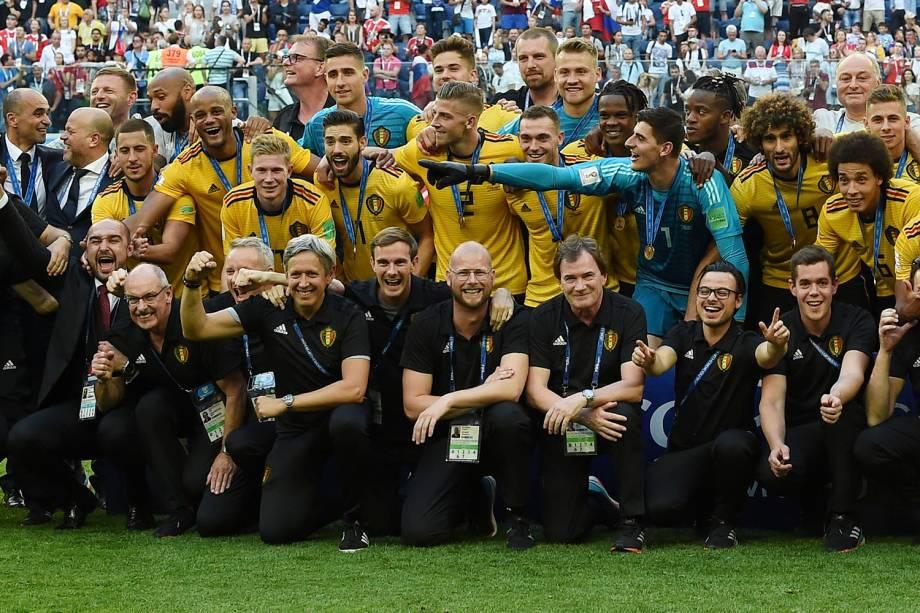 Jogadores e membros da delegação da Bélgica comemoram após receberem as medalhas de terceiro lugar na Copa do Mundo - 14/07/2018