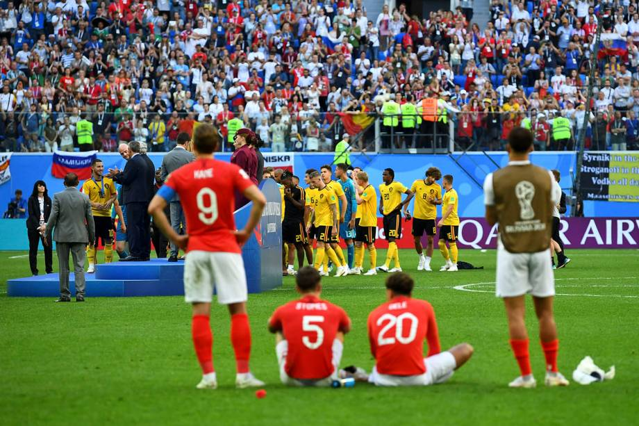 Jogadores da Inglaterra assistem aos belgas durante o recebimento da premiação pelo terceiro lugar na Copa do Mundo Rússia após o fim da partida no estádio São Petesburgo - 14/07/2018