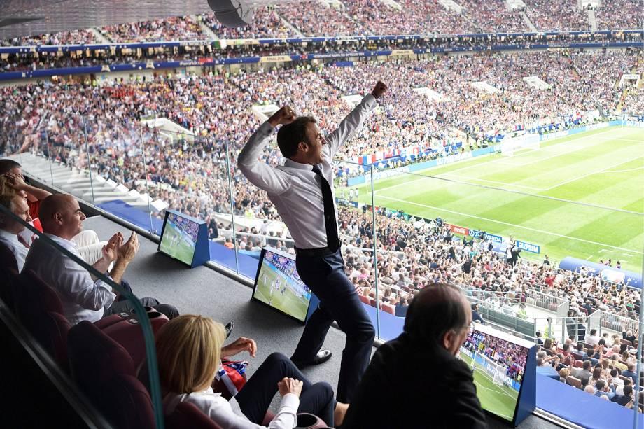 O presidente francês Emmanuel Macron comemora após a seleção francesa marcar gol, durante a final da Copa do Mundo contra a Croácia - 15/07/2018