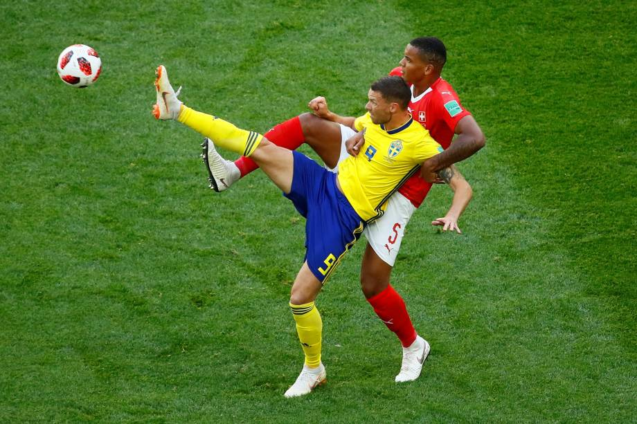 Marcus Berg da Suécia é marcado pelo suíço Manuel Akanji durante partida válida pelas oitavas de final da Copa do Mundo em São Petesburgo - 03/07/2018