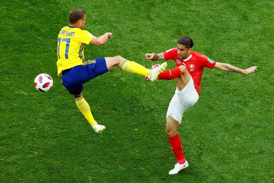 O suíço Ricardo Rodriguez divide a jogada com o sueco Viktor Claesson, durante partida válida pelas oitavas de final da Copa do Mundo em São Petesburgo - 03/07/2018